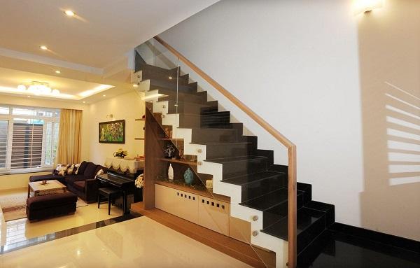 bậc tam cấp trong phòng khách